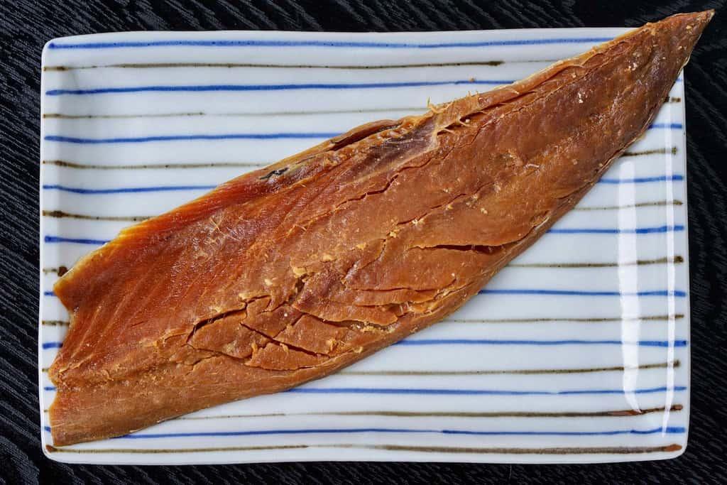 刺身用に水洗いして皿に盛り付けた竹扇の鯖のへしこ姿漬け、刺身用鯖へしこの半身