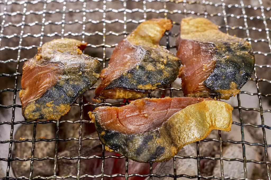 七輪で鯖のへしこの切り身を焼く、福井名物へしこの炭火焼