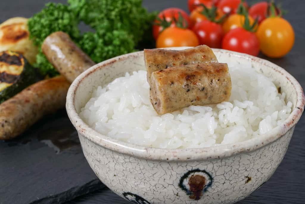 白飯の上にカットしたチューリンガーソーセージを乗せる、ソーセージご飯