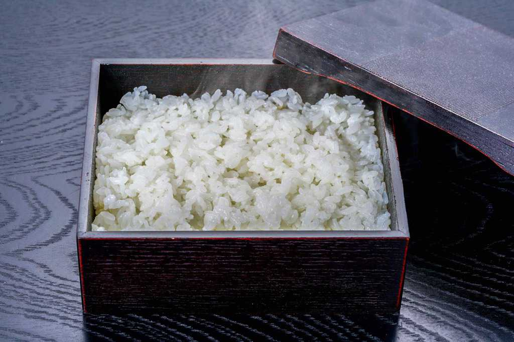 うな重用の箱に盛り付けた炊きたてのご飯