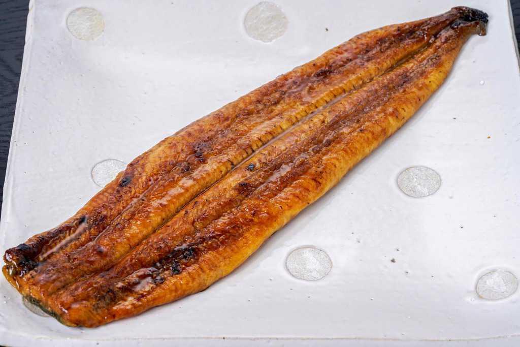 湯煎して大皿に盛り付けたうなぎ屋かわすい(川口水産)の超特大うなぎ蒲焼き1尾、鰻の蒲焼、ウナギの蒲焼き