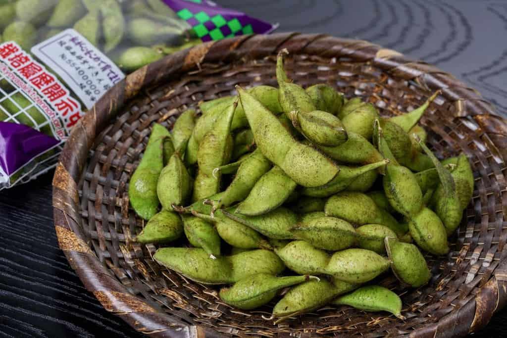 枝豆「紫ずきん」200gを竹ザルに盛る、竹ザルに山盛りの枝豆
