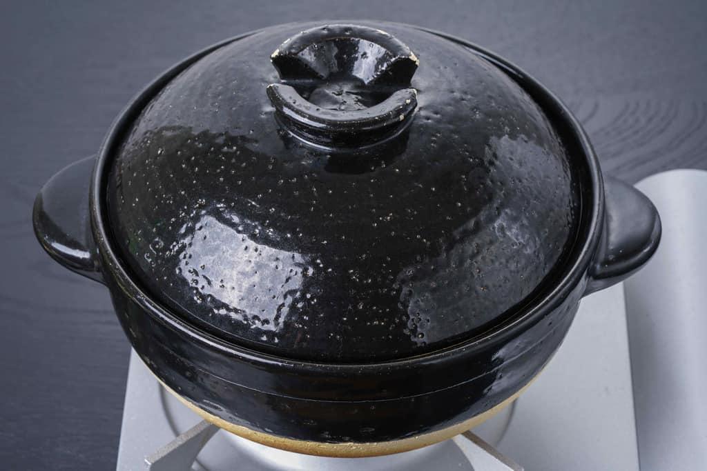 カセットコンロの上のご飯土鍋
