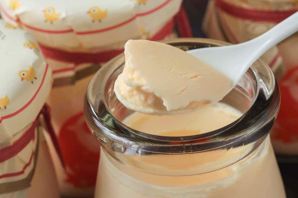 エチュード洋菓子店のお昼ねプリンをスプーンですくう