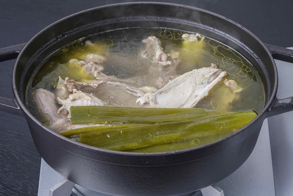 ほろほろ鳥の鶏がらスープ、staub鍋で作るホロホロ鳥のガラスープ