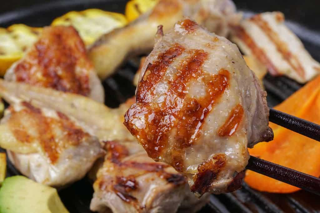 グリルパンで焼いたホロホロ鳥のモモ肉、おいしそうな焼き目がついたホロホロ鳥のモモ肉