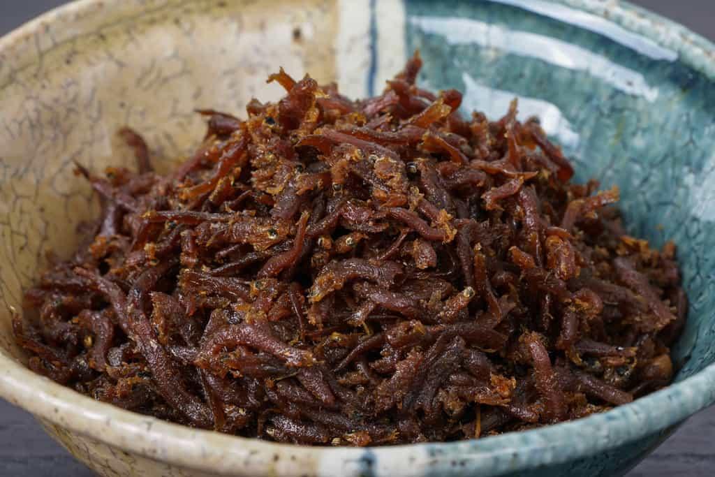 小鉢に盛られた神宗のちりめん山椒、醤油の色が濃い神宗のちりめん山椒