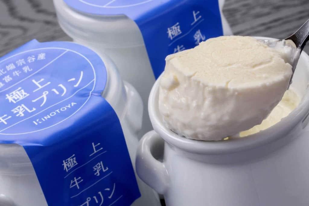 洋菓子きのとやの極上牛乳プリンをスプーンですくう