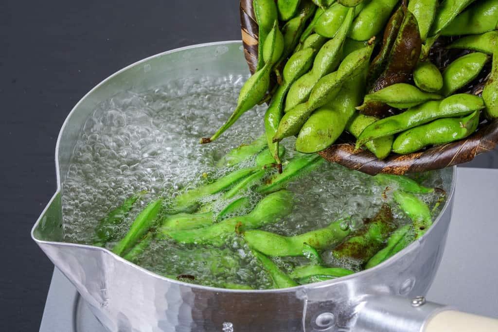 たっぷりの熱湯で丹波の黒さや枝豆を茹でる、枝豆を湯がく
