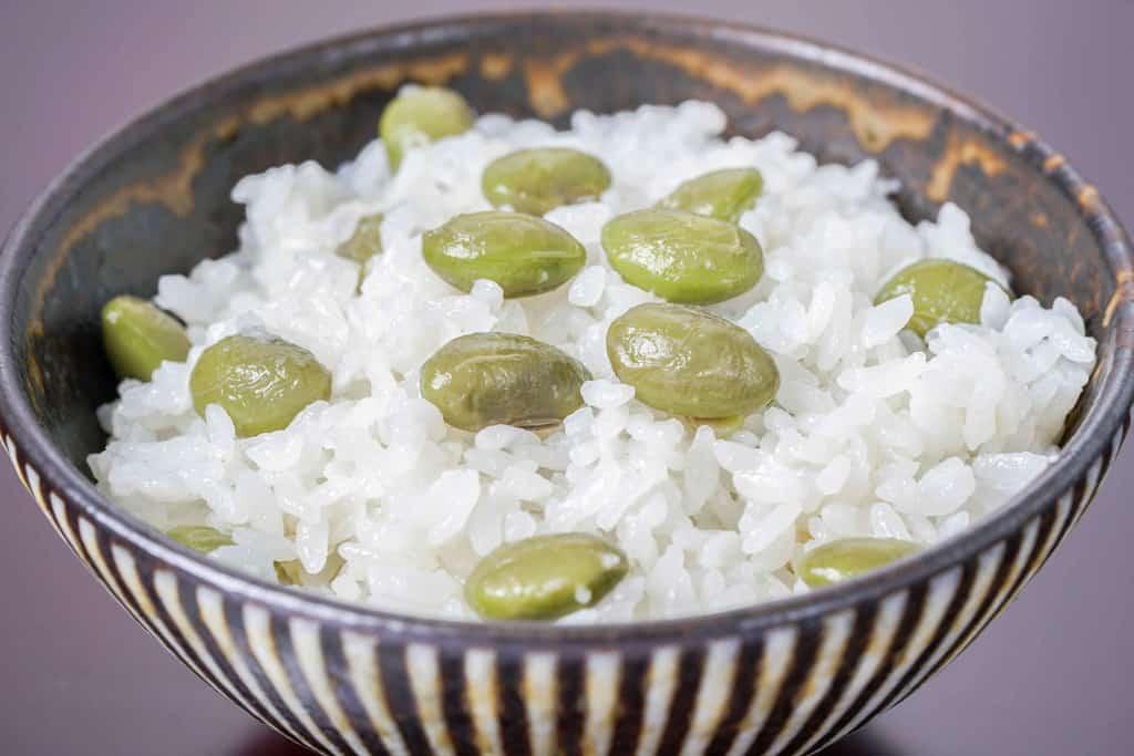 茶碗に盛り付けた枝豆ごはん、丹波黒さや枝豆がたっぷり乗ったご飯