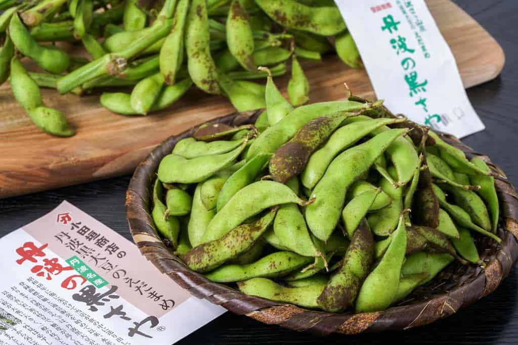 竹かごに盛られた丹波の黒さや枝豆、小田垣商店の丹波黒の枝豆