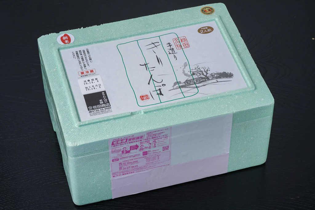 秋田県の佐田商店から届いたきりたんぽ鍋セット2人前が入った発泡スチロール箱、お取り寄せ鍋料理、通販きりたんぽ鍋