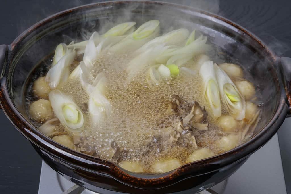 煮立ったきりたんぽ鍋・土鍋、湯気のたつきりたんぽ鍋