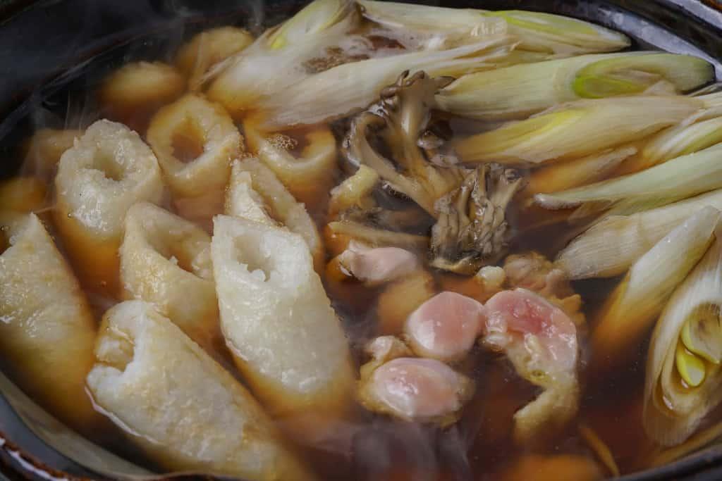 佐田商店のきりたんぽ鍋を土鍋で調理、きりたんぽ・比内地鶏・ネギ・だまこもち・スープ