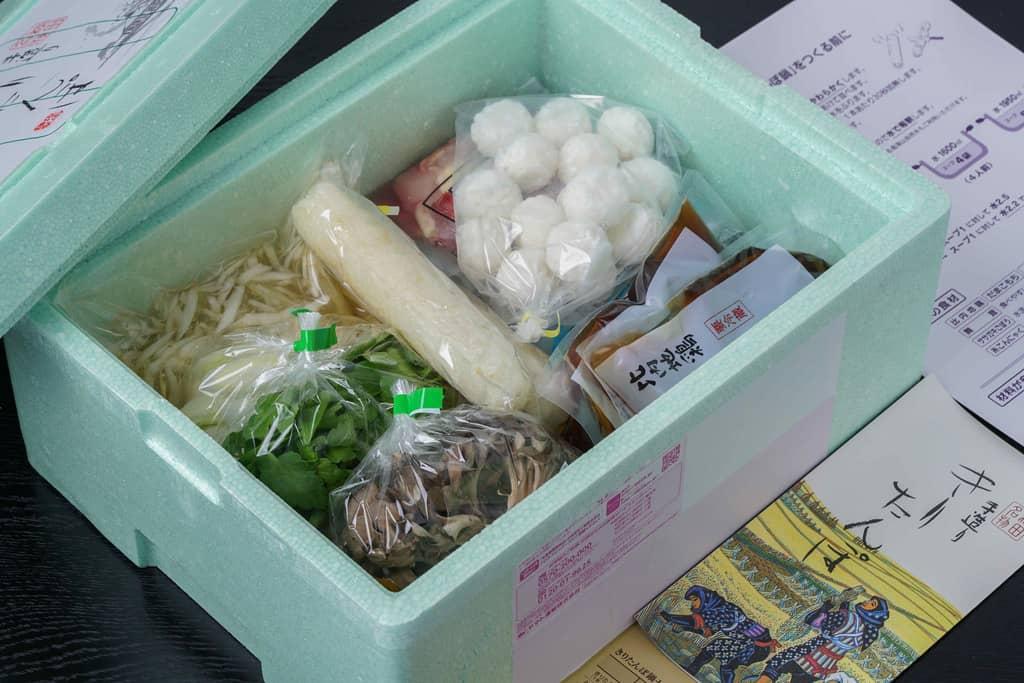 秋田県の佐田商店から届いた「きりたんぽ鍋セット2人前」の箱を開ける、お取り寄せ鍋料理、通販きりたんぽ鍋