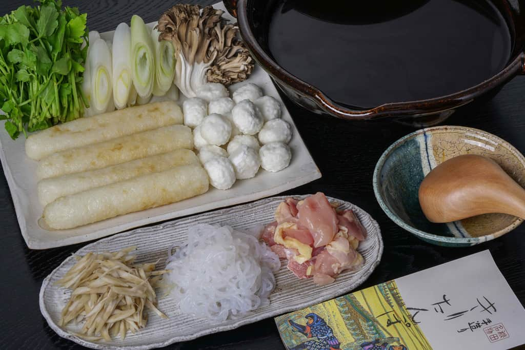 佐田商店のきりたんぽ鍋セットの具材とスープが入った土鍋