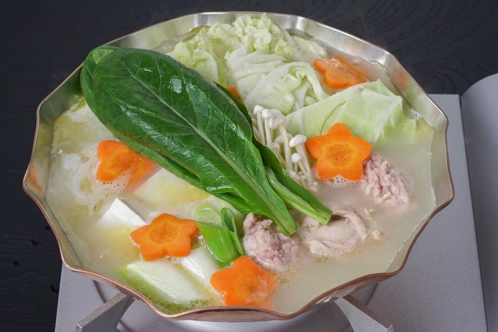 鶏肉・野菜・豆腐などの具材が入った博多とり田の水炊き鍋