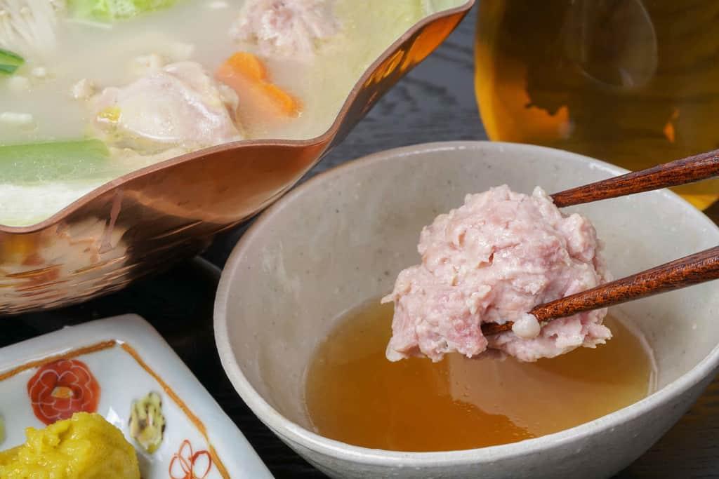 博多とり田のつみれを特製のポン酢につける