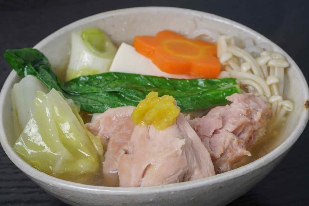 水炊き鍋の野菜や鶏肉を器に盛り付け