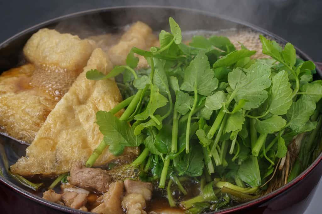 湯気のたつ仙台名物のセリ鍋、ストウブ鍋で調理したセリ鍋