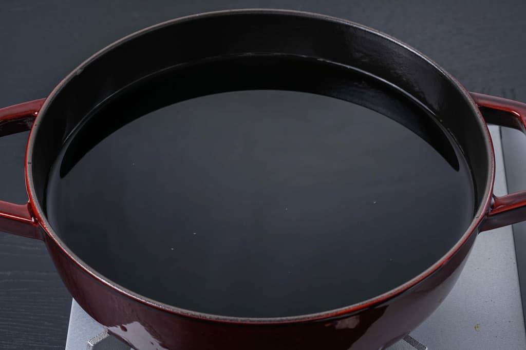 梵天食堂せり鍋セットの命のだしを水で割って鍋に入れる