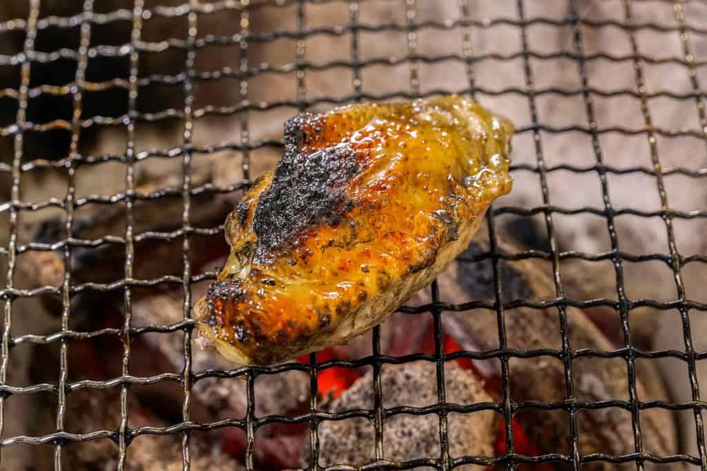 炭火で焼いた淡海地鶏の手羽先
