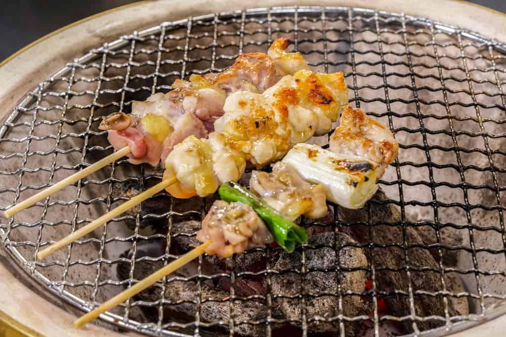 かしわの川中の淡海地鶏の生串(ねぎま・手羽元・モモ肉)を炭火で焼く、七輪で地鶏の炭火焼き