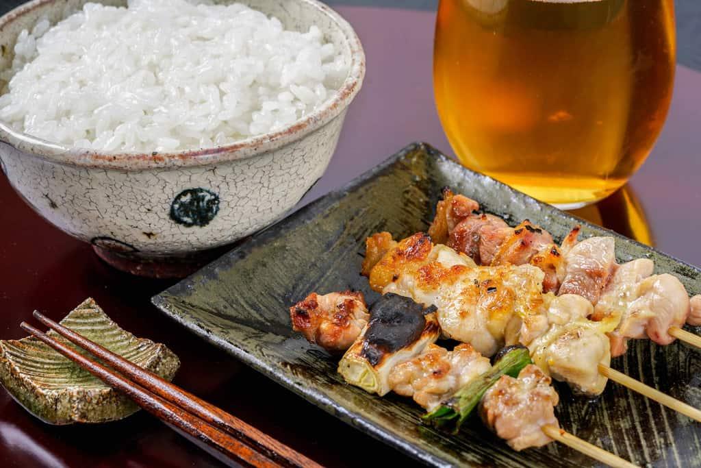 淡海地鶏の炭火焼き鳥3本・ご飯・ビール・箸