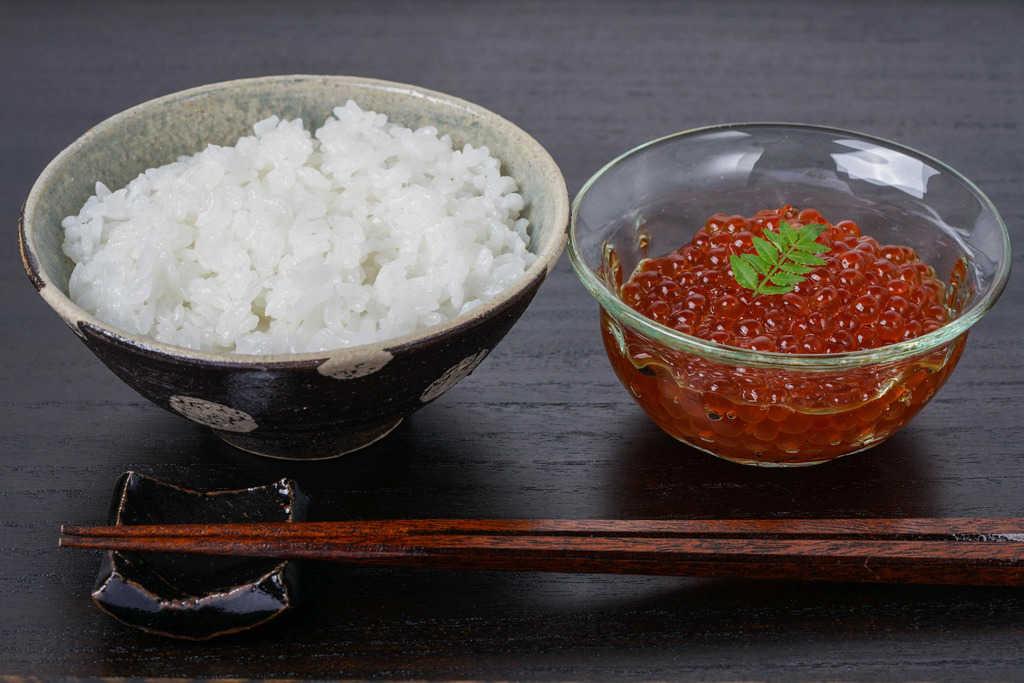 炊きたてのご飯・いくら醤油漬け・箸・はし置き、オホーツクの風の特選イクラ昆布醤油漬けとご飯