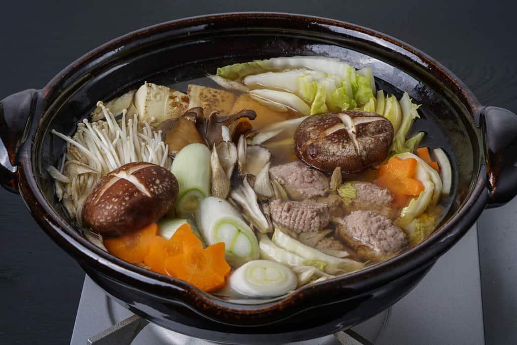 野菜やきのこ類を土鍋に入れて火にかける