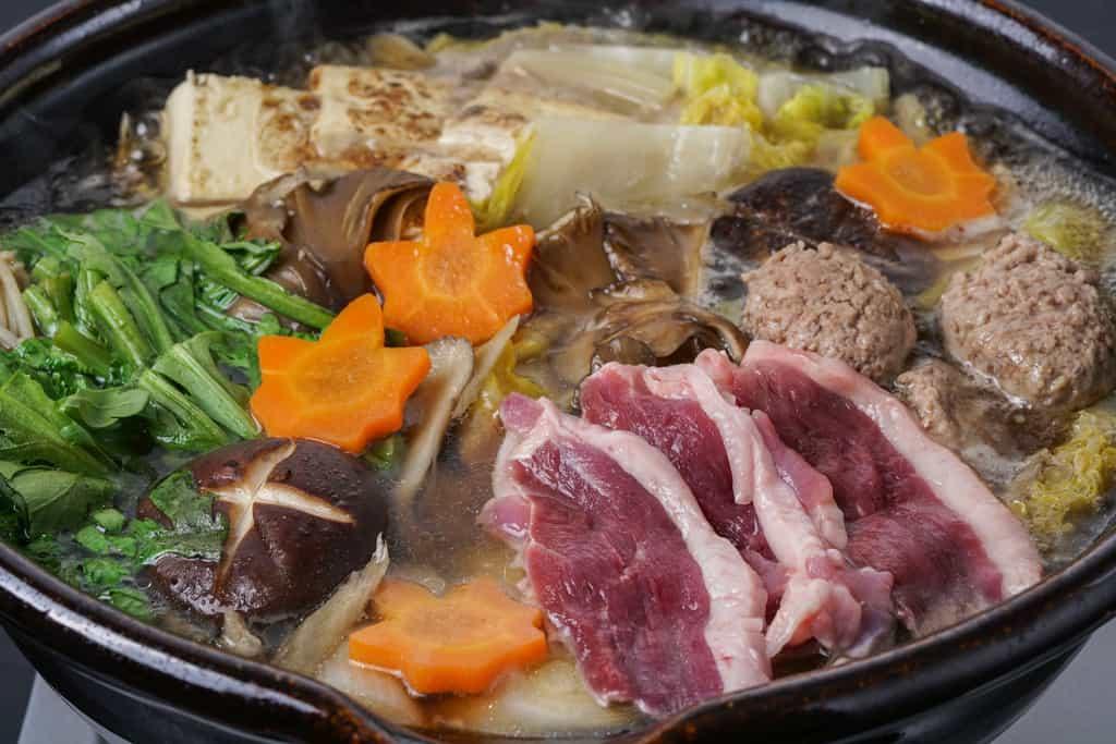 鴨鍋、倭鴨のロース肉が浮かぶ鴨鍋、鴨重の鴨鍋うどん