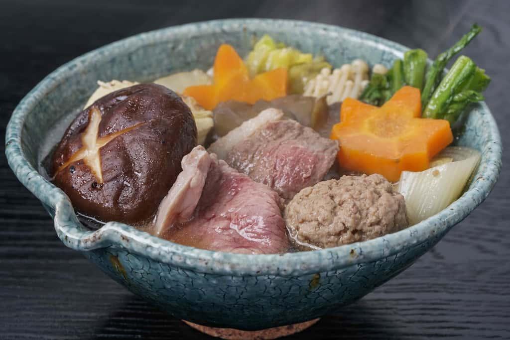 とんすいに盛り付けた合鴨ロース肉・合鴨ミンチ・豆腐・人参・椎茸・春菊・えのき・白菜、鴨鍋