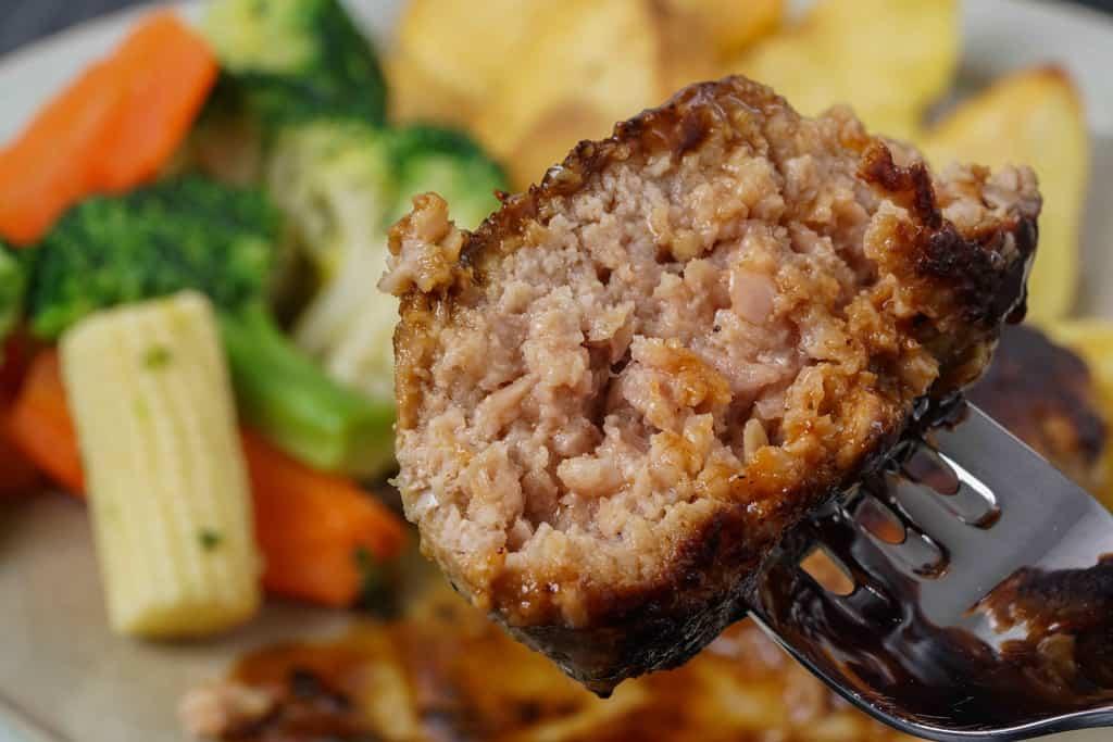 ハンバーグを割ってフォークで刺す、いきや食品の唐津バーグの断面