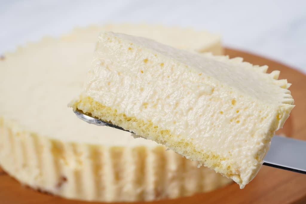 カットした小岩井農場のレアチーズケーキ1ピースをケーキサーバーで持ち上げる