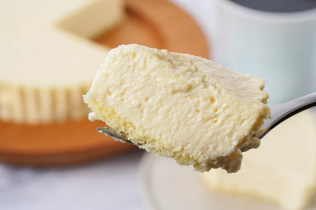 小岩井農場のレアチーズケーキをフォークでカットして持ち上げる