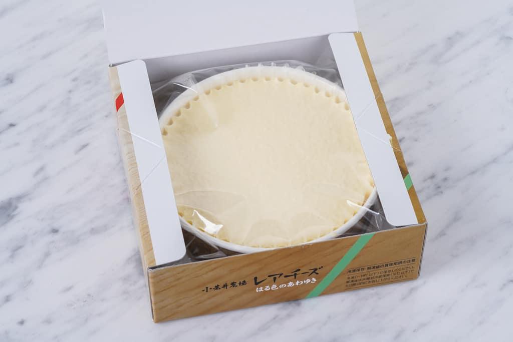 小岩井農場の「レアチーズケーキ はる色のあわゆき」の化粧箱の蓋を開けた状態