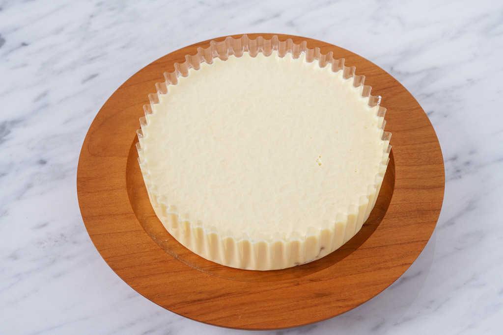 カッティングボードの上に乗った小岩井農場のレアチーズケーキはる色のあわゆき