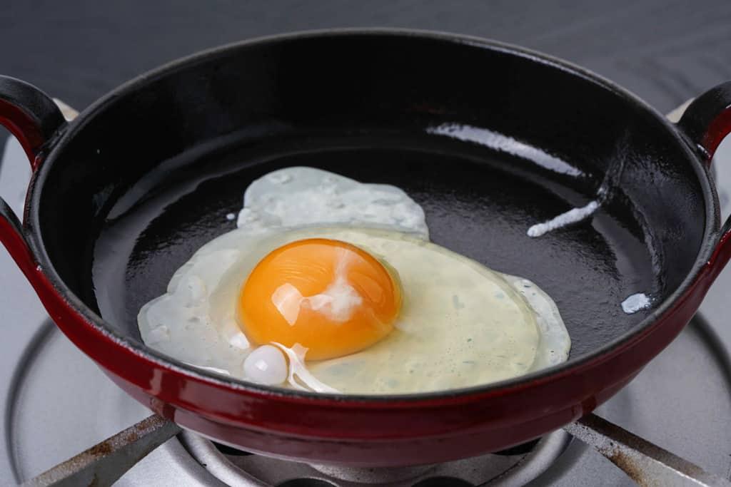 staubのフライパンで目玉焼きを作る、小岩井農場卵の目玉焼き