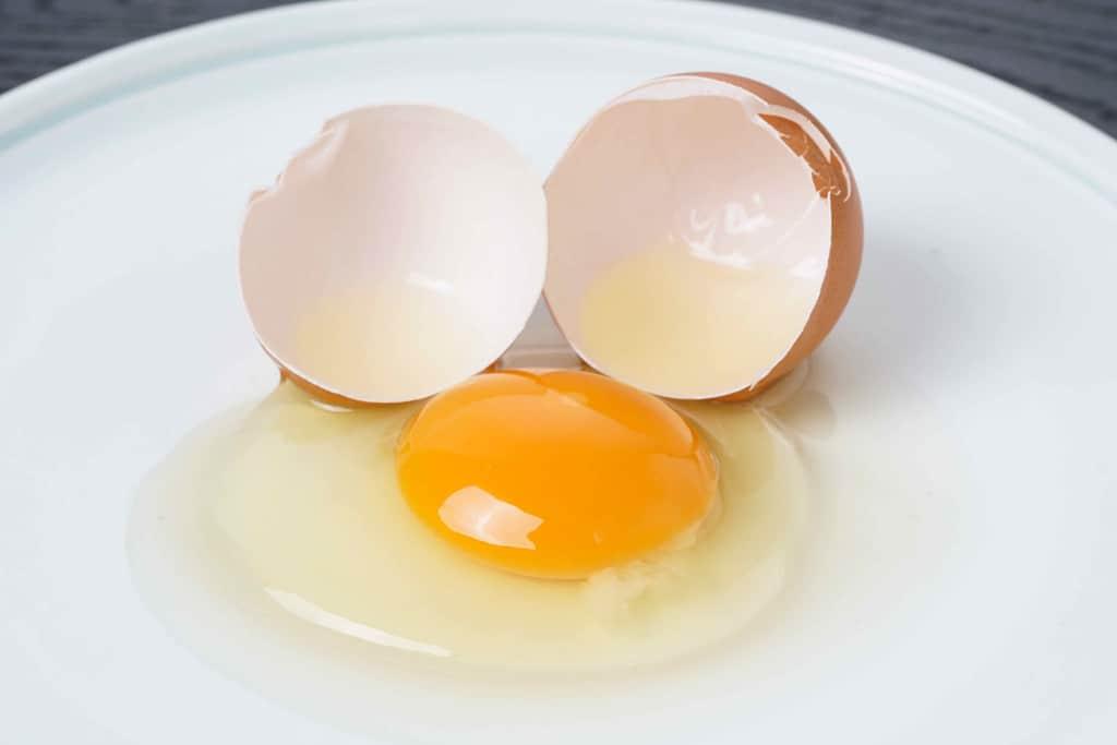 小岩井農場の卵を皿の上で割る