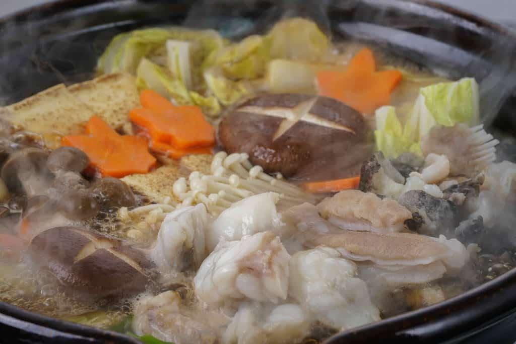 湯気がたつ土鍋で煮込んだ駒嶺商店のきあんこう鍋