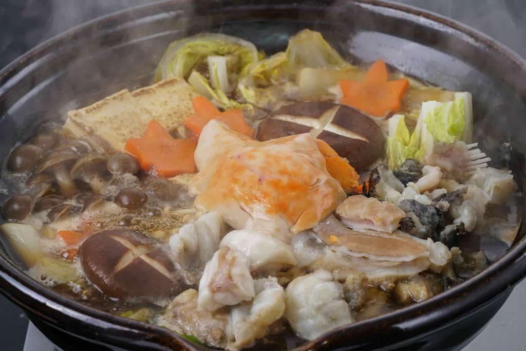湯気のたつ土鍋で煮込んだアンコウ鍋、完成した駒嶺商店のきあんこう鍋
