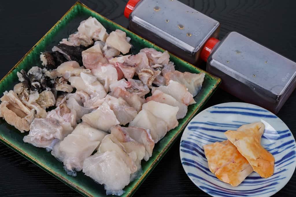 駒嶺商店「きあんこう鍋セット」の具材を解凍してテーブルに並べる、あんこうの身・アラ・皮・肝・鍋用スープ