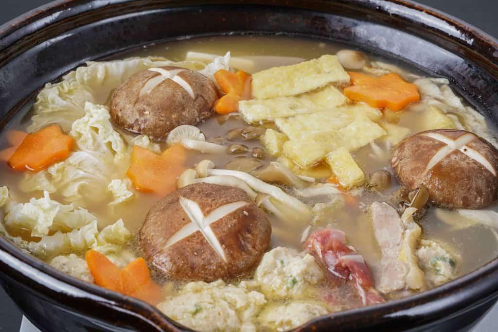 土鍋で煮込んだかしわの川中の近江しゃものとり鍋、鍋料理