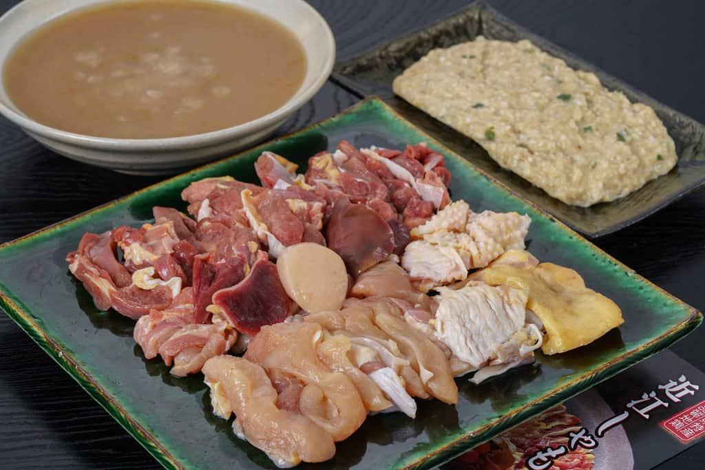 かしわの川中の地鶏とり鍋セットの具材(鶏肉400g・味付けミンチ200g・スープ400cc)を皿と器に盛り付ける