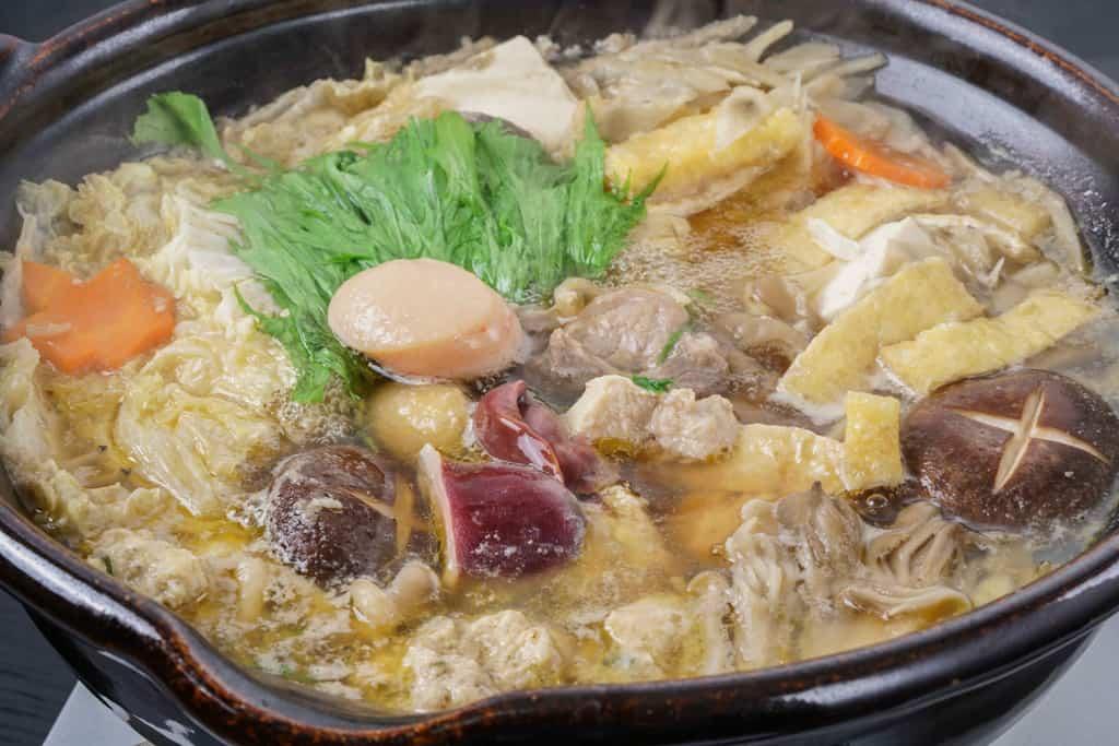 土鍋で煮込むかしわの川中の近江しゃものとり鍋、地鶏の鍋料理