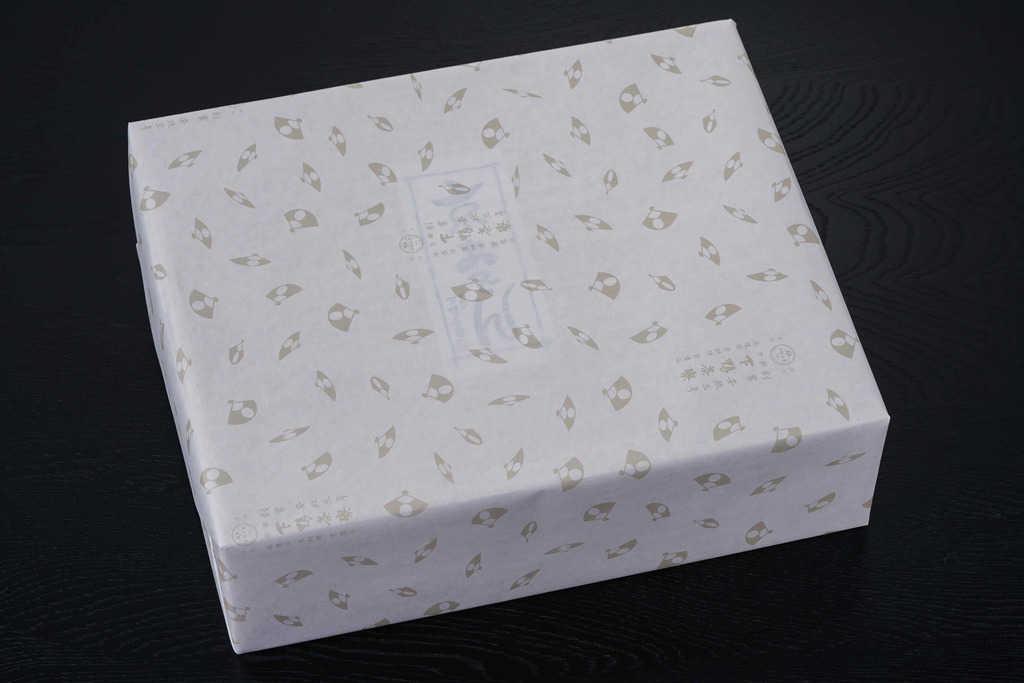 下鴨茶寮の京おでんのパッケージ、包装紙に包まれた化粧箱、お取り寄せ鍋料理、下鴨茶寮の通販おでん