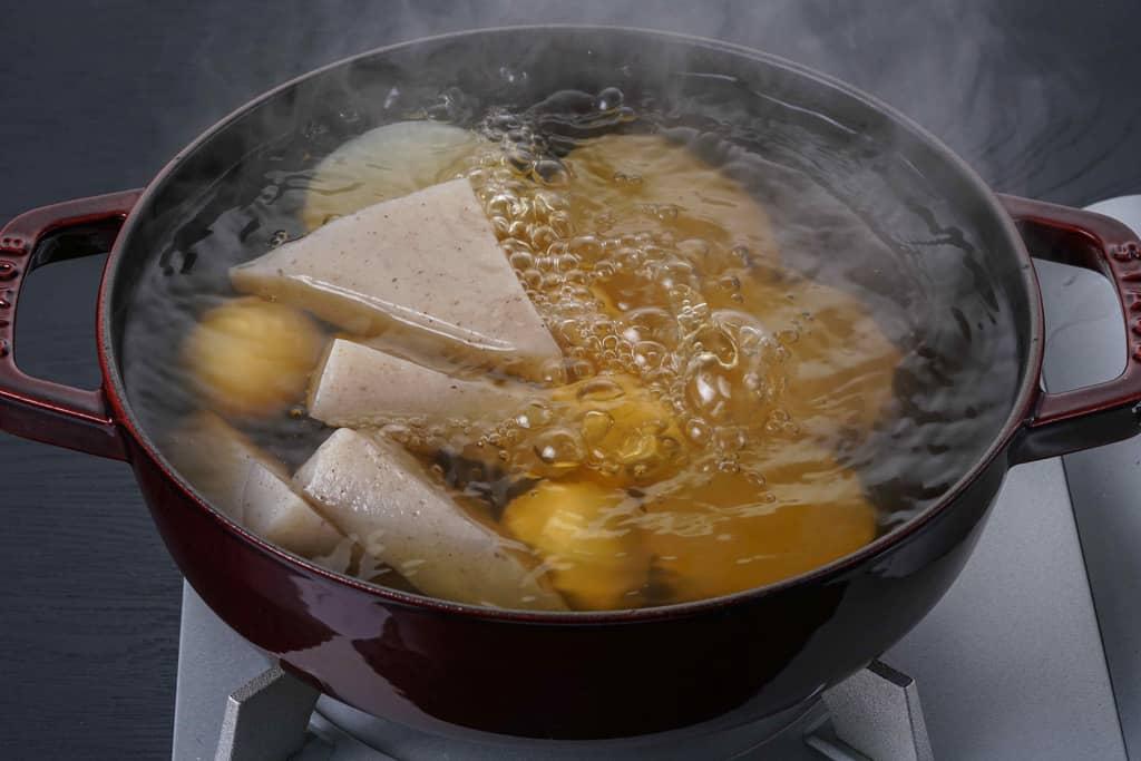 ストウブ鍋に下鴨茶寮の京おでん具材の大根・玉子・こんにゃくを入れて煮込む