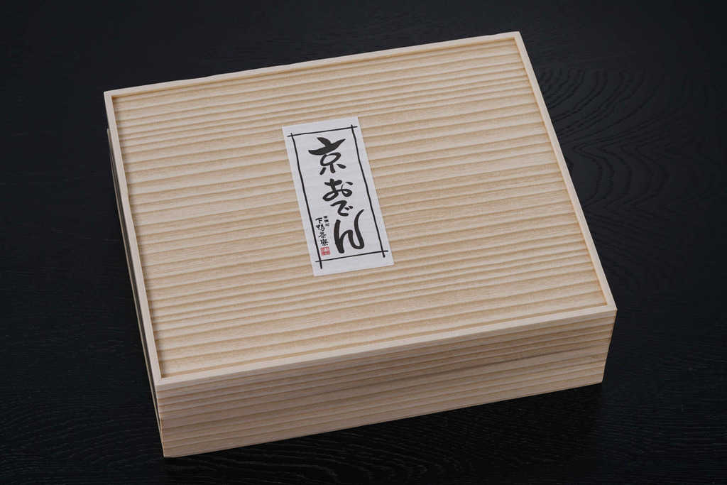 下鴨茶寮の京おでんセットが入っている化粧箱、お取り寄せおでん、鍋料理通販、通販おでんセット