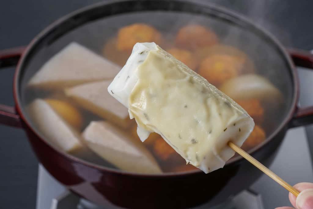 下鴨茶寮の京おでん鍋用の湯葉巻きをつまんで鍋に入れる