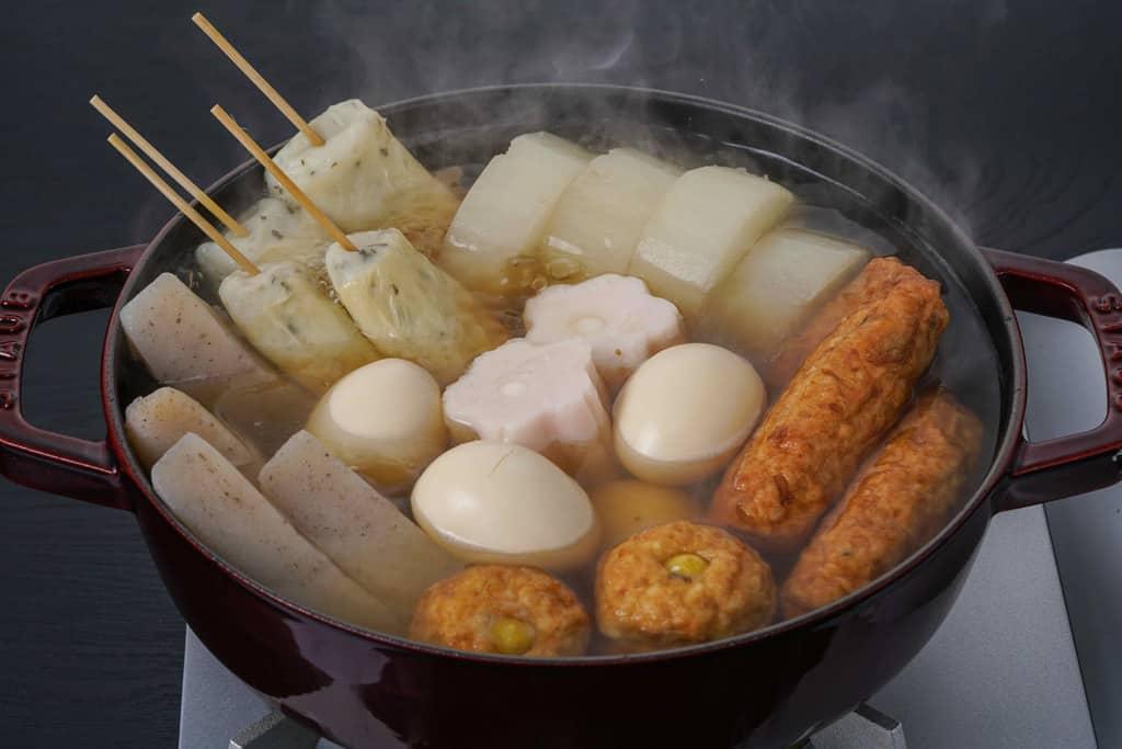 ストウブ鍋で下鴨茶寮の京おでんセットを調理、湯気がたつおでん鍋